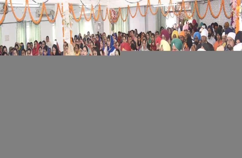 गुरु गुरुगोविंद सिंह के प्रकाश पर्व पर हुआ शबद कीर्तन, भक्तों ने की निशान साहिब की सेवा