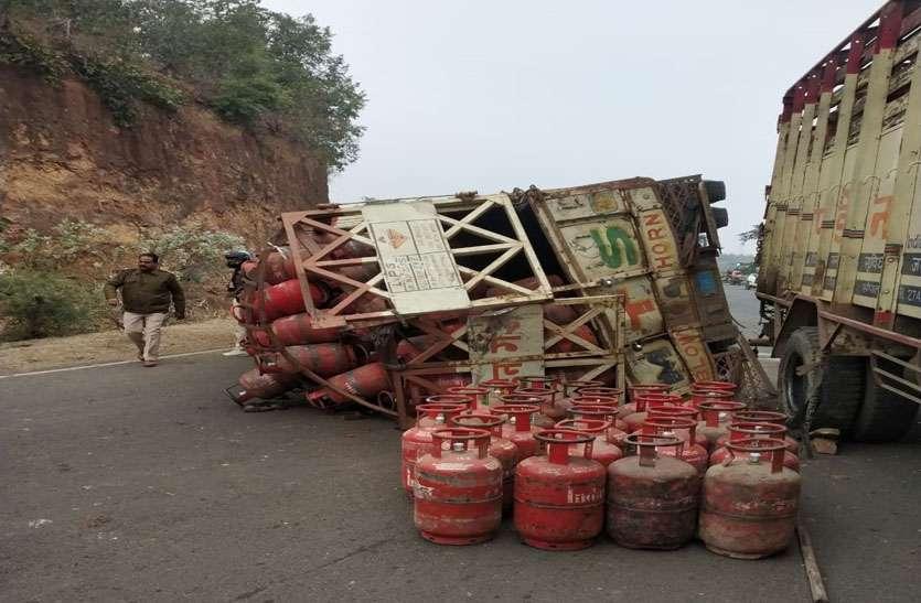 आगे वाले ट्रक को टक्कर मार पलटा गैस से भरा ट्रक, दूसरा ट्रक खाई में गिरने से बचा