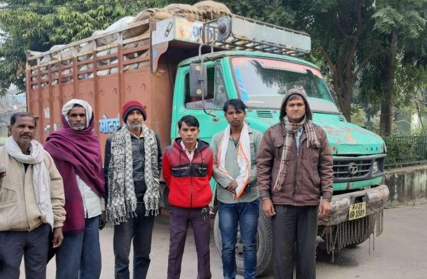 अवैध रूप से जिंस ले जाते ट्रक को पकड़ा