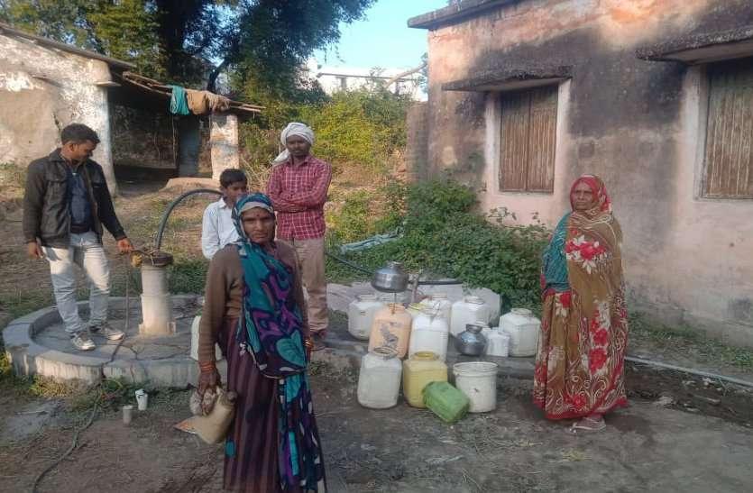 हैंडपंपों ने तोड़ा दम, नलजल योजना है बंद, ग्रामीण पानी के लिए परेशान
