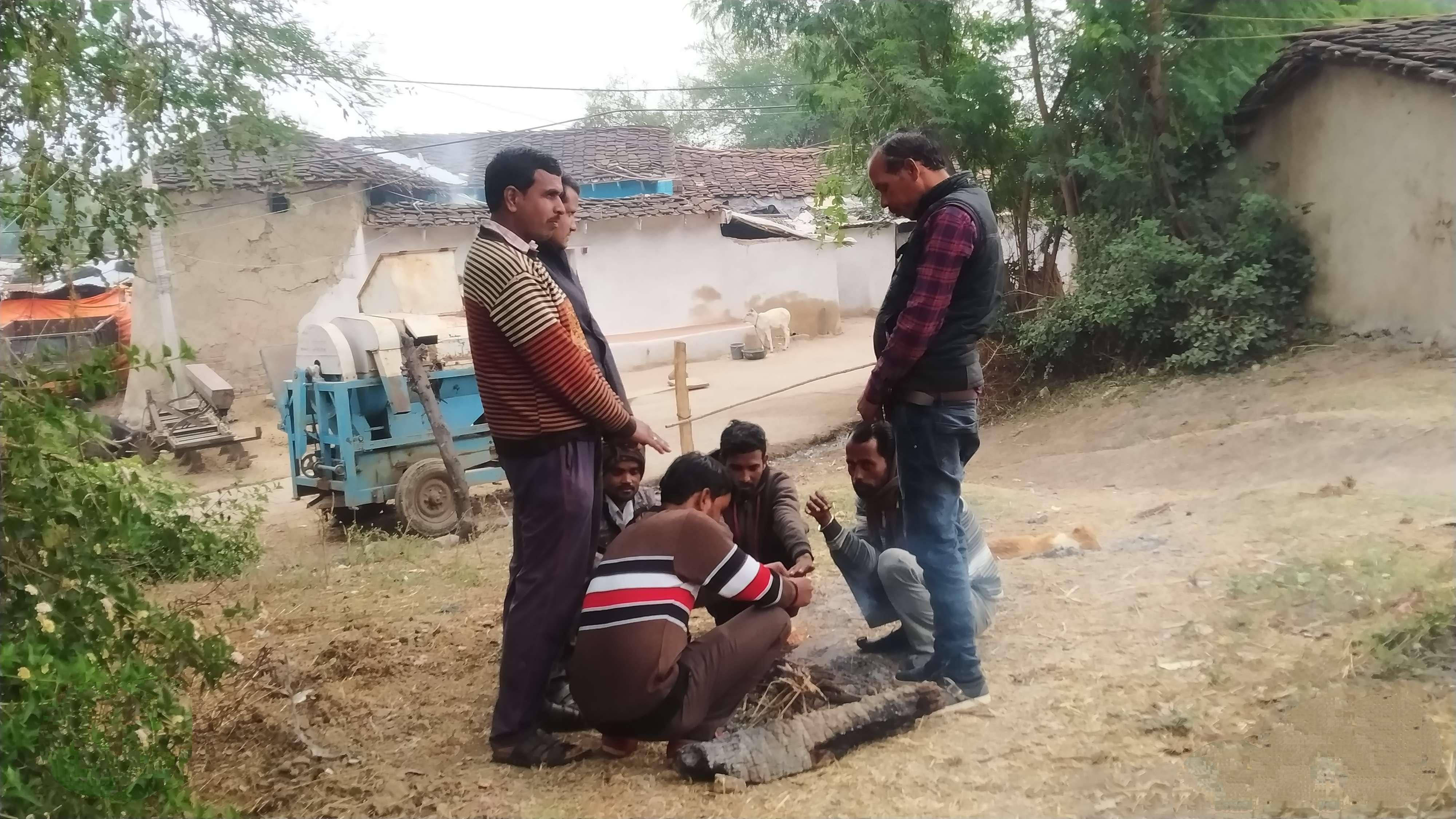 बामौरीशाला। ठंड से बचने अलाव के पास बैठे नजर आए ग्रामीण।