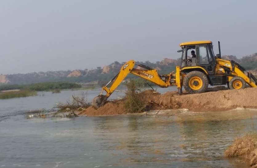 माफिया ने नदी से रेत निकालने को बना लिया अस्थाई रास्ता