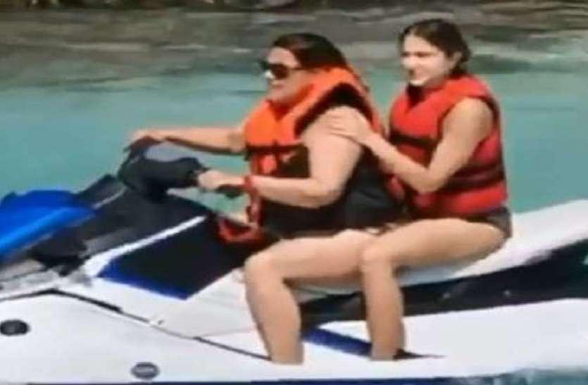 61 वर्ष की उम्र में इस एक्ट्रेस ने पहना स्विमसूट, जवान बेटी को पीछे बिठाकर पानी में चलाया स्कूटर
