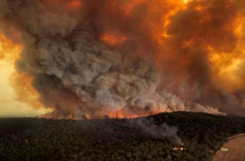 ऑस्ट्रेलिया: जंगलों में लगी आग के बीच फंसे हजारों लोगों तक पहुंची नेवी, राहत बचाव-कार्य शुरू