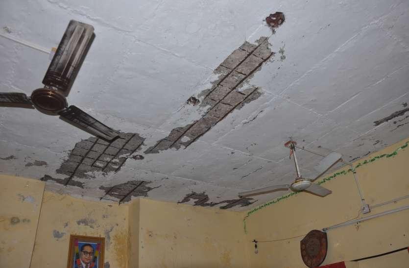 क्षतिग्रस्त छत के नीचे 60 मासूमों का भविष्य, जिम्मेदार अंजान