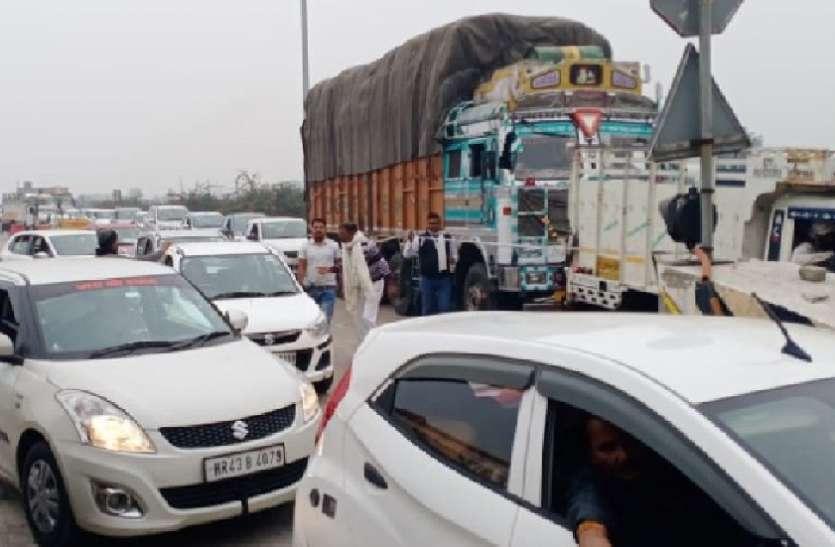 किशोरपुरा टोल प्लाजा पर फास्टैग लेन में आए अन्य वाहन, लगी वाहनों की कतारें