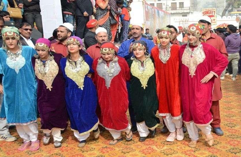 चित्तौडग़ढ़ फोर्ट फेस्टिवल में निकली शोभायात्रा में कश्मीरी वेशभूषा में शामिल युवतियां।