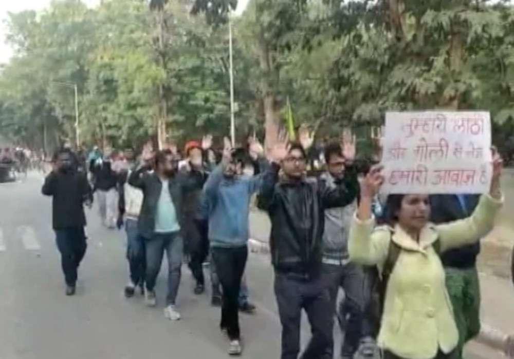फैज मामले में बैकफुट पर आईआईटी कानपुर, जावेद अख्तर ने बताया विवाद को बेतुका