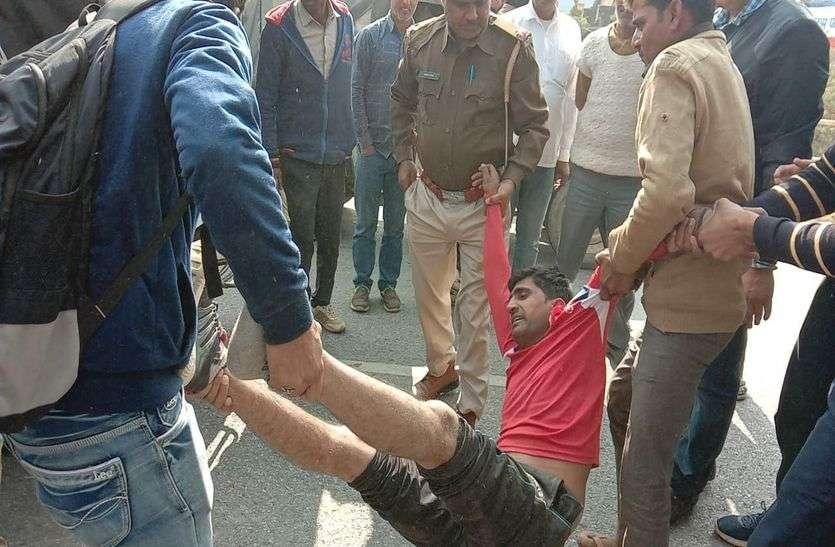 पुलिस से हाथापाई करने वाले चालक को भीड़ ने उठा-उठा कर पटका