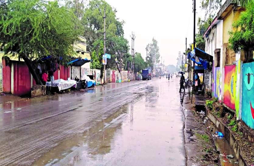 दिनभर रूक-रूककर होती रही बारिश, ठिठुरन ने बढ़ाई लोगों की परेशानी