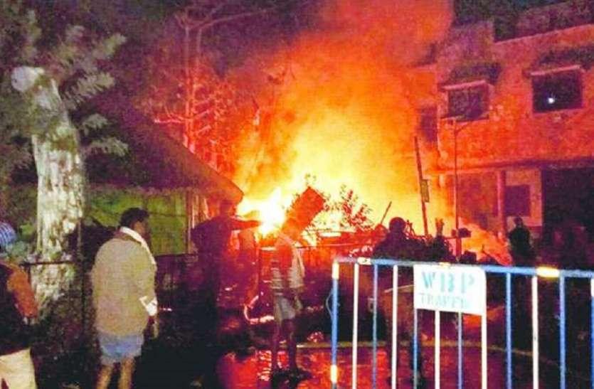 मुर्शिदाबाद में लगी आग से पांच दुकानें खाक