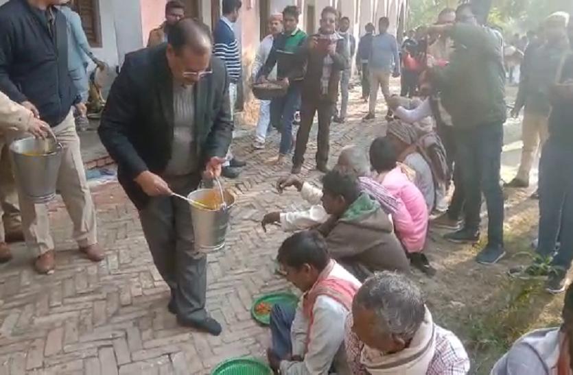 डीएम और एसपी ने वनवासियों संग टाट पर बैठकर खाया खाना, गरीबों को खुद परोस कर कराया भोजन