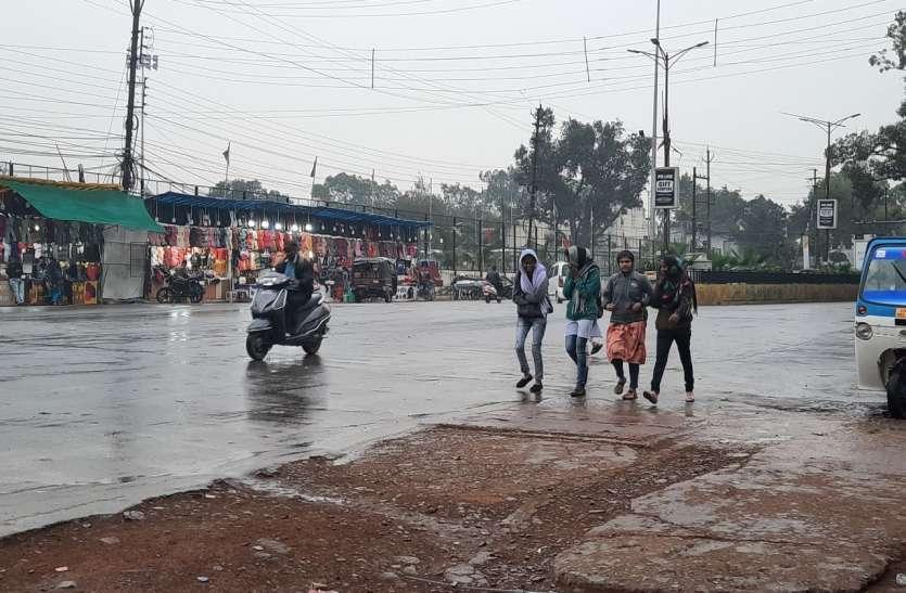 सर्दी का सितम : कड़ाके की ठंड में बारिश ने बढ़ाई मुसीबत जानिये कब तक होगी बारिश