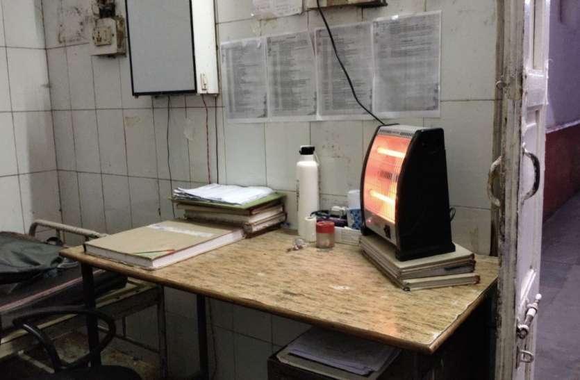 कड़ाके की ठंड में कंपकंपा रहे मरीज, स्टाफ के खाली कमरों में भी जलते रहते हैं रूम हीटर