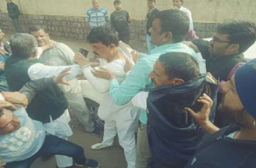 बच्चों की मौत मामले में मातमपुर्सी धरी रह गई, कांग्रेस के दो गुटों में चले लात घूसे, कपड़े फाड़े, पायलट भी हुए शिकार