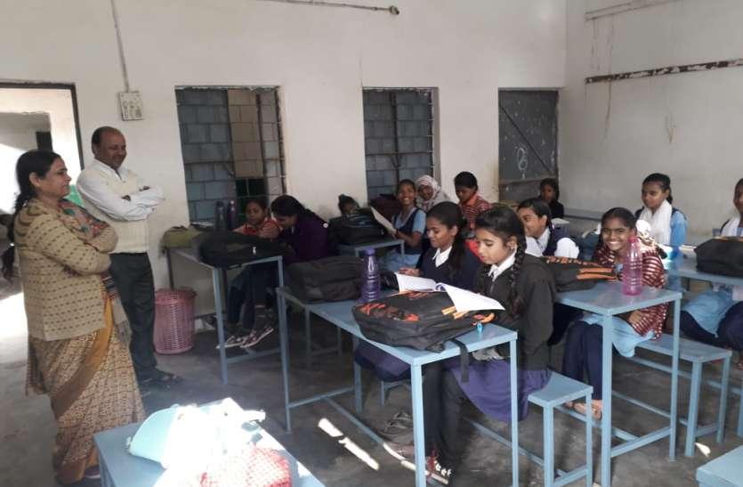 बच्चे जमीन पर न बैठे इस लिए शिक्षकों ने वेतन में से किए 72 हजार रूपए एकत्रित,उपलब्ध कराई फर्नीचर