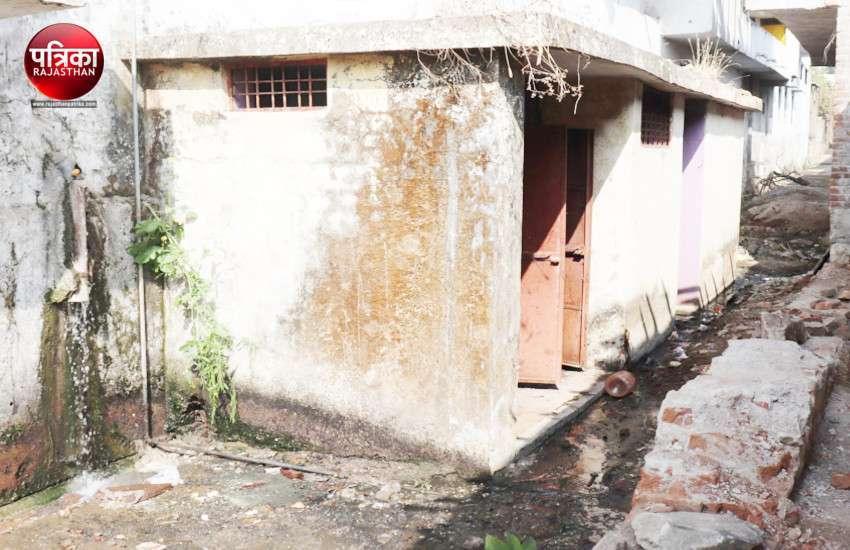 बांसवाड़ा : गंदगी से अटे शौचालय, खुले में जाने को मजबूर लोग... फिर कैसे होगा स्वच्छ भारत का सपना साकार
