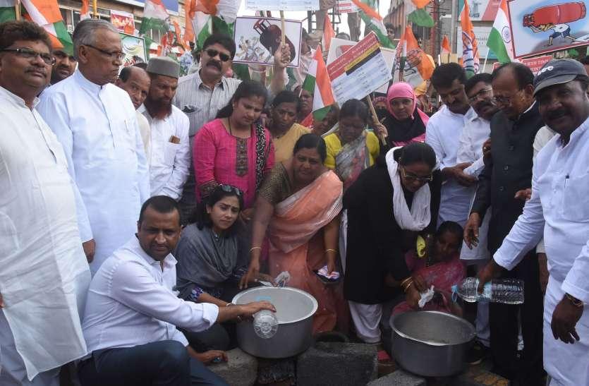 चाय वितरित कर केंद्र सरकार के विरोध में किया प्रदर्शन