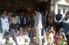 BJP ने निर्वाचन आयोग पर नियम विरुद्ध चुनाव कराने का लगाया आरोप, धरने पर बैठी