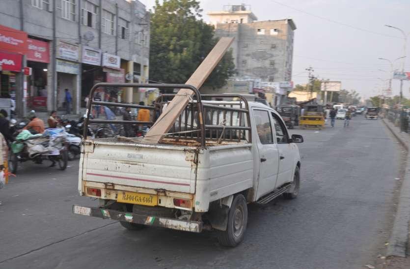 शहर के यातायात में दौड़ रहे खतरों भरे वाहन....