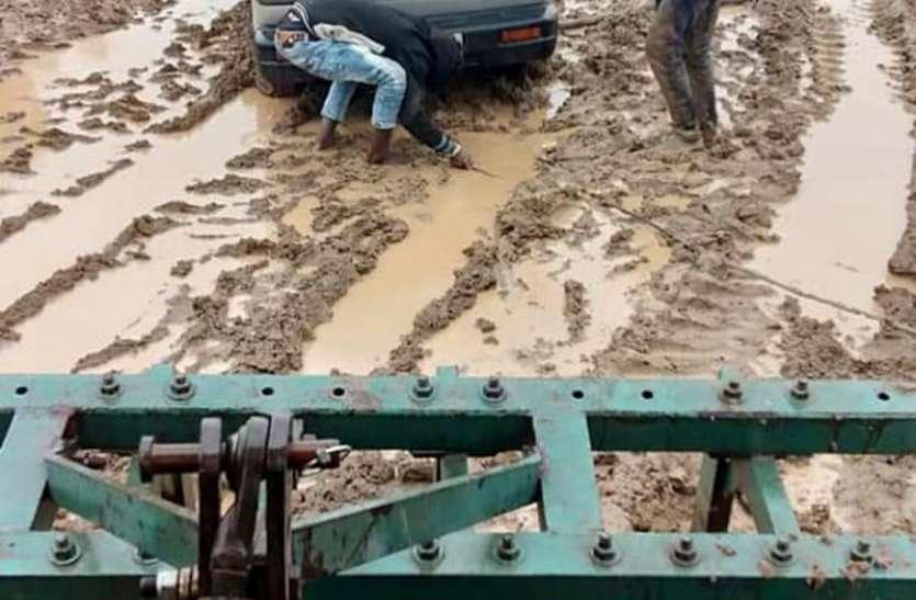 जरा सी बारिश में थम जातें हैं वाहनों के पहिए, कीचड़ से लथपथ हैं मार्ग