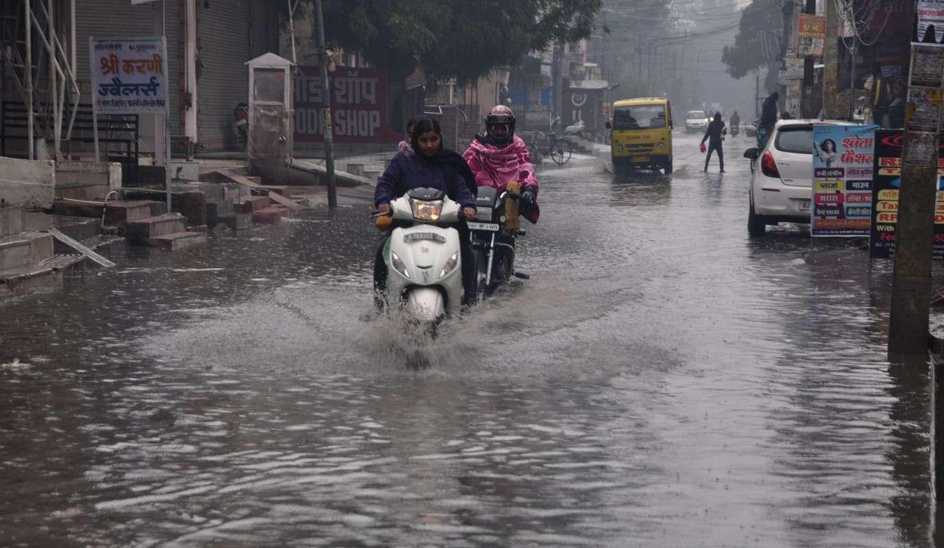 श्रीगंगानगर. शहर में लगातार बूंदाबांदी से सड़कों पर भरा पानी........देखें खास तस्वीरें