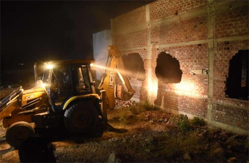दिनभर शांति, रात के अंधेरे में जेसीबी ने तोड़ा घर
