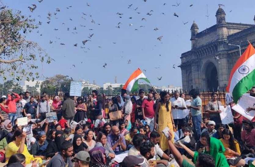 JNU हिंसा को लेकर देशभर में उबाल, गेटवे ऑफ इंडिया पर सैकड़ों छात्रों ने किया प्रदर्शन