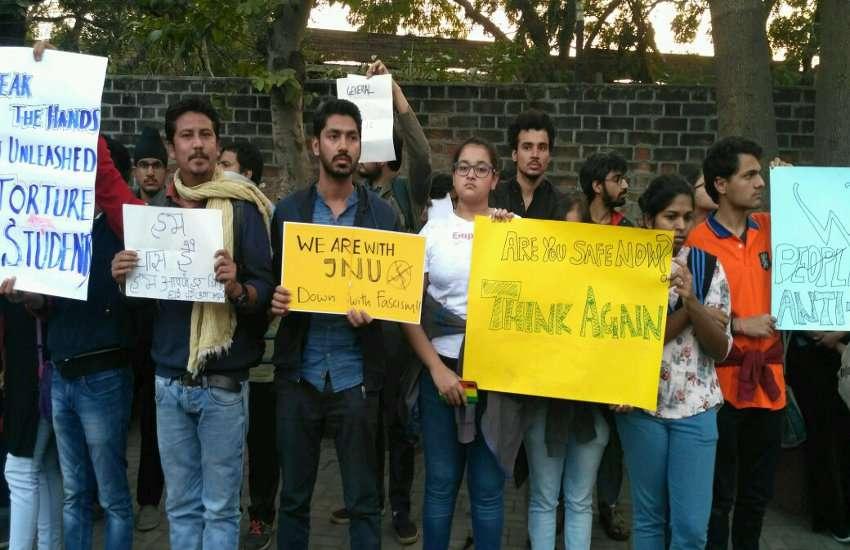 Ahmedabad News जेएनयू में हिंसा का अहमदाबाद में विरोध, मल्लिका साराभाई, विधायक जिग्नेश मेवाणी ने भी की शिरकत