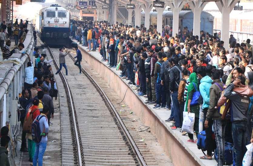ट्रेनों में रिजर्वेशन को लेकर चल रही मारामारी, लग रही कतारें