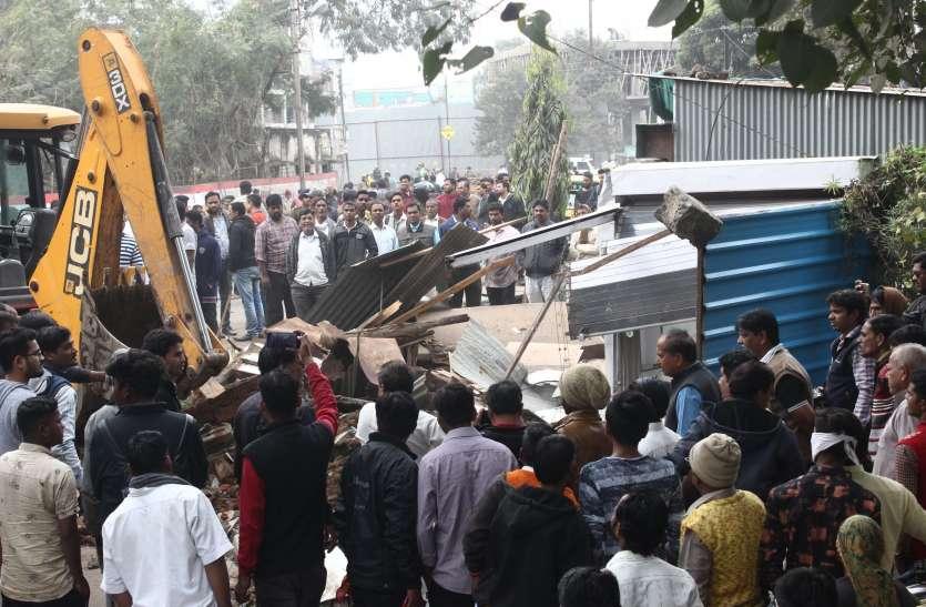 1 किमी में 3 घंटे कार्रवाई कर सरकारी जमीन पर तने 35 अतिक्रमणों पर चला प्रशासन का पंजा