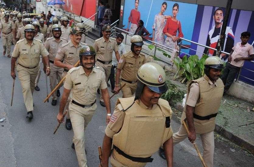 लगातार ड्यूटी से थक गई है बेंगलूरु पुलिस
