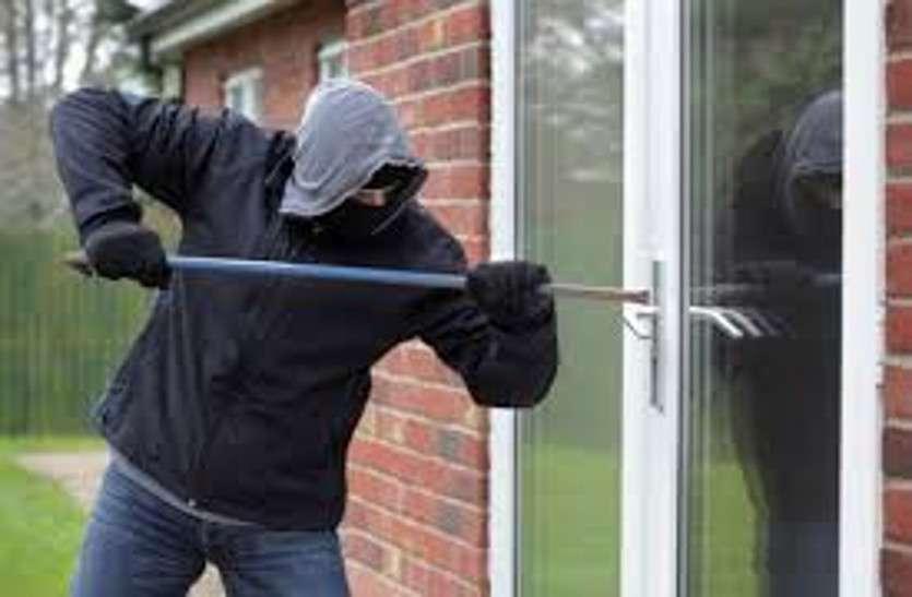 घरवाले घूमकर लौटे तो चोरों ने लाखों के जेवर चुरा लिए