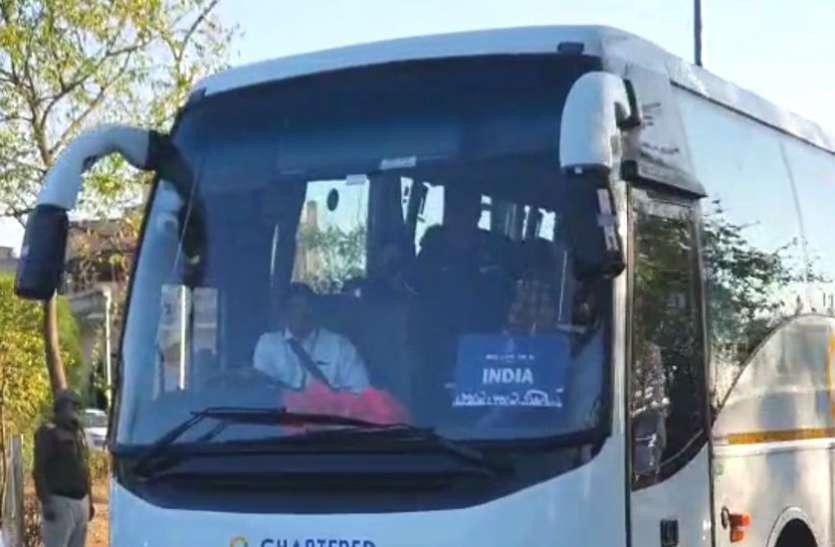 VIDEO : इंदौर पहुंची भारत-श्रीलंका की टीम, ड्रेसिंग रूम में लगवाए हीटर, एक झलक पाने पहुंचे फैंस