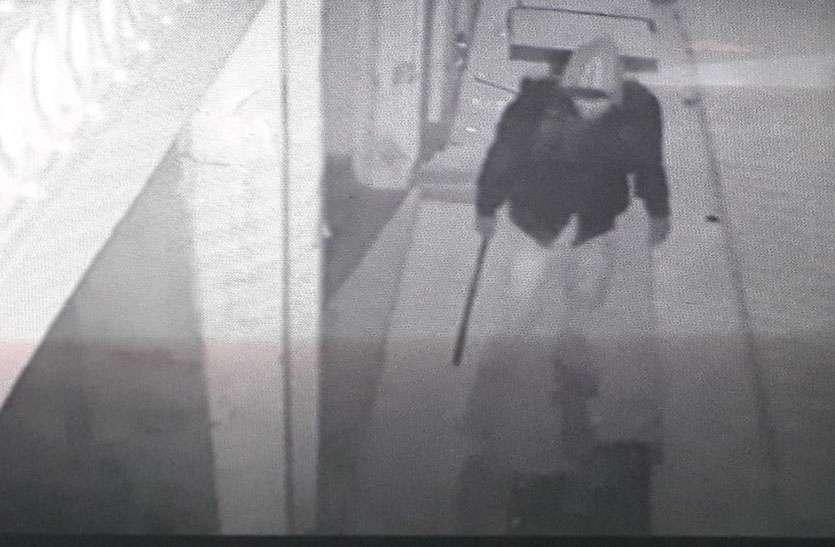 एक साथ पांच दुकानों के टूटे ताले, सीसीटीवी कैमरे में कैद हुआ चोर