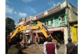 Action against encroachment : सडक़ चौड़ीकरण में बाधक 15 मकान-दुकानों पर चली जेसीबी