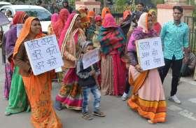 Video : भदवासी की महिलाओं ने कलक्टर से कहा - गांव में जहर बेचना बंद करो