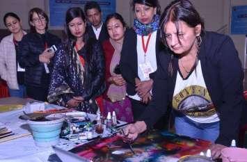 देशी विदेशी कला से बिखरे विविधता के रंग ...देखिए तस्वीरें