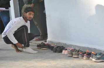 ठंड में परीक्षार्थियों से उतरवाए जूते-मौजे, कमिश्नर का निर्णय नहीं आया काम