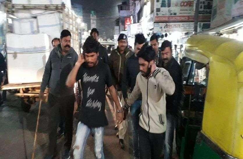 व्यापारियों से मारपीट के विरोध में महारानी रोड की दुकानेें बंद,पुलिस ने निकाला दो आरोपियों का जुलूस