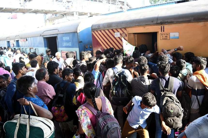 पोंगल : रेलवे स्टेशनों पर दिखी भीड़