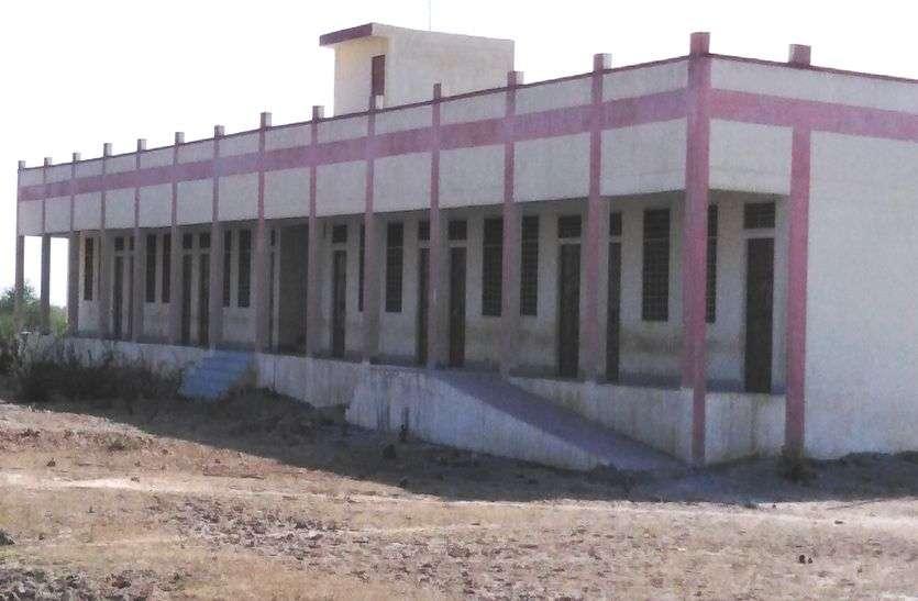 तीन साल से बेकार पड़ा है स्कूल का नया भवन