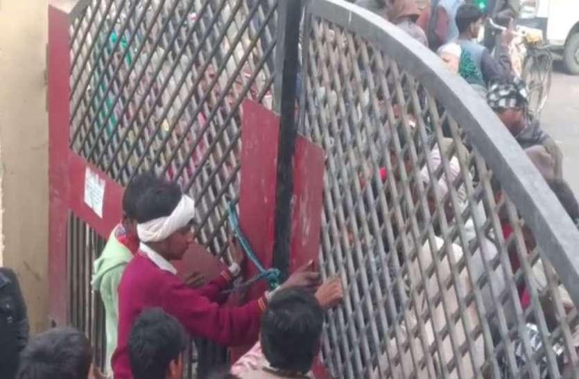 गोवंश से परेशान किसानों का हंगामा, गल्ला मंडी के मुख्य द्वार पर जड़ा ताला