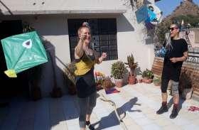 तीर्थनगरी पुष्कर में विदेशी पर्यटकों ने भी की पतंगबाजी कर लड़ाए पेंच