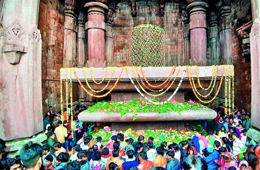 श्रद्धालुओं ने नर्मदा के घाटों पर लगाई आस्था व श्रद्धा की डुबकी, किया दान और पूजा-पाठ