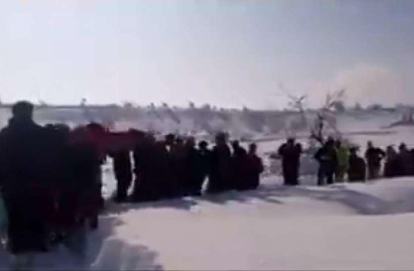 जम्मू-कश्मीरः 4 घंटे बर्फ में चलकर 100 जवानों ने महिला को पहुंचाया अस्पताल, पीएम मोदी ने किया सलाम
