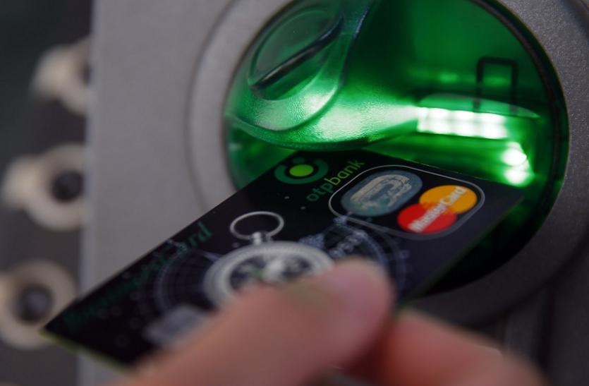 एटीएम कार्ड जेब में और उचक्के ने निकाल लिए 93 हजार रुपए