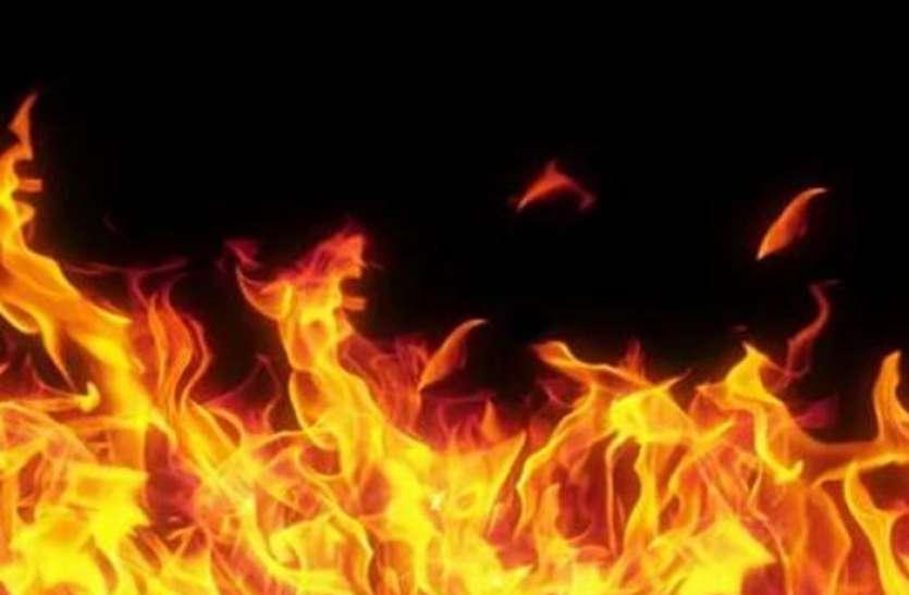 देर रात घर में लगी आग, लाखों का सामान जला, पड़ोसियों ने आग की लपटों से परिवार को बचाया