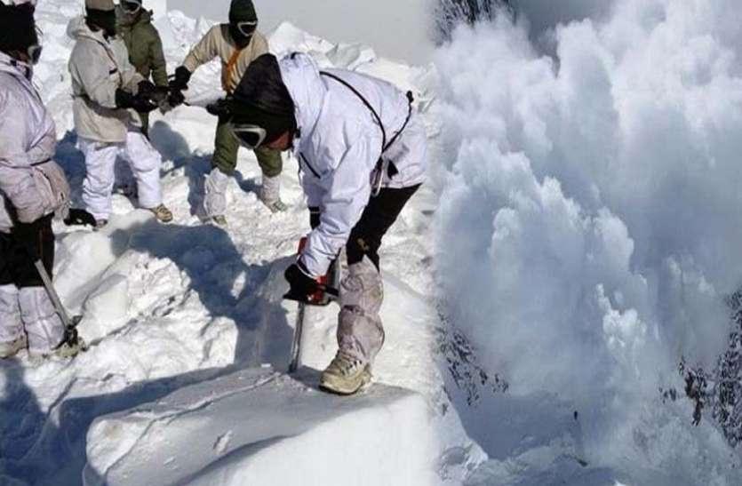 कश्मीर घाटी में भारी बर्फबारी, राष्ट्रीय राजमार्ग समेत कई सड़कें बंद, उत्तराखंड में ऑरेंज अलर्ट