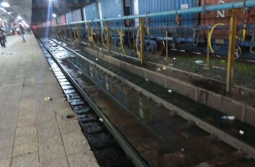 लापरवाही : डैमेज एप्रान वाले ट्रैक से गुजर रहीं ट्रेनें